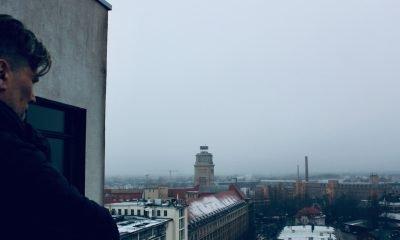 Es ist ein Mann und im Hintergrund eine verschneite Skyline von Berlin zu sehen