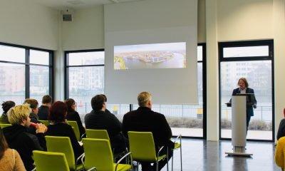 Eine Gruppe von Menschen diskutieren bei einem Dialogspaziergang über Digitalisierungspolitik
