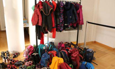 Rucksäcke, Schuhe und Jacken von Schulkindern im Abgeordnetenhaus