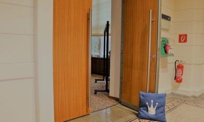 Eine Tür im Abgeordnetenhaus, welche von einem Kissen offen gehalten wird