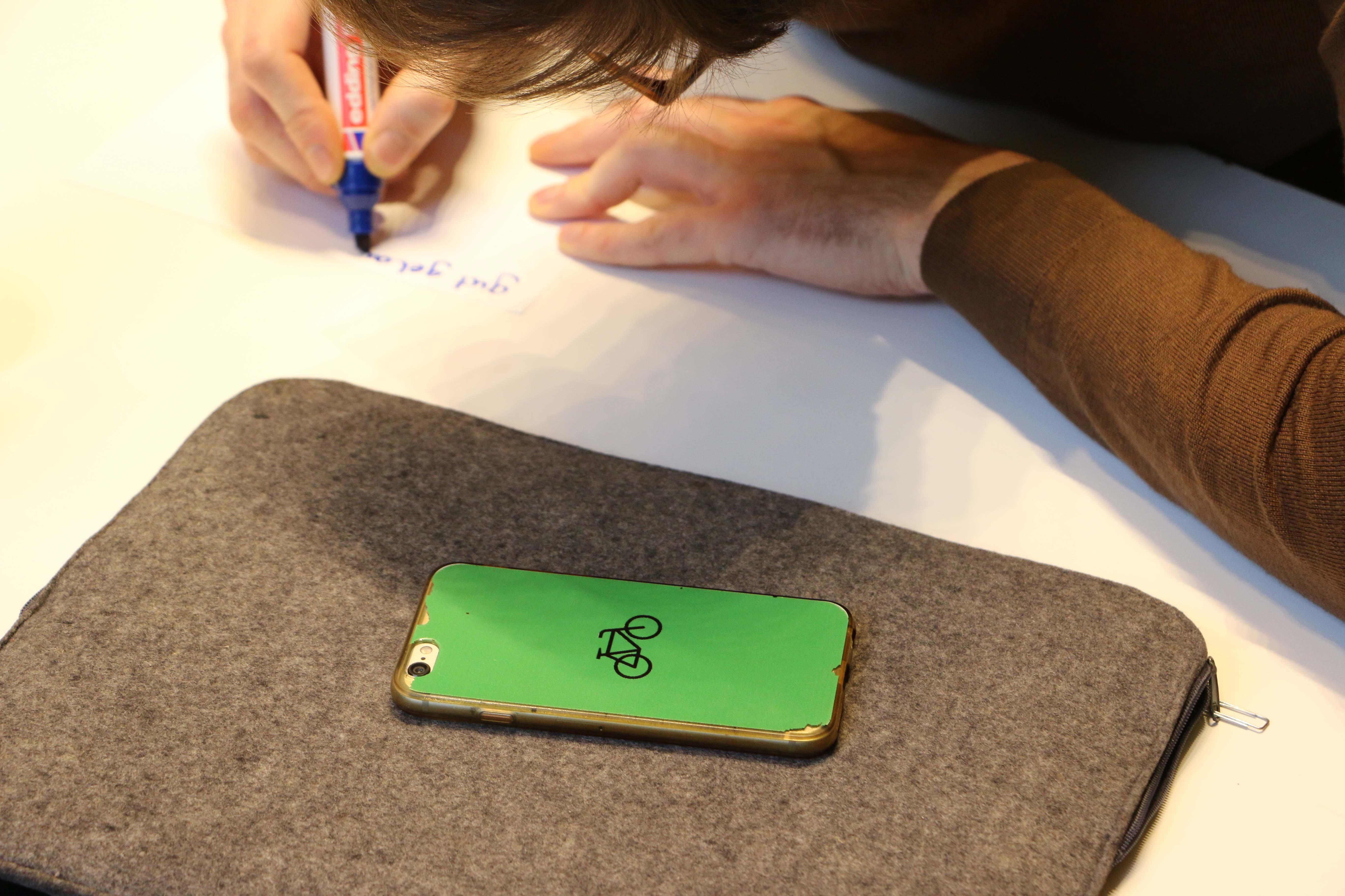 Es ist ein Telefon mit grüner Hülle zu sehen