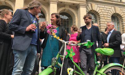 Es sind Stefan Taschner, Antje Kapek und Stefan Gelbhaar zu sehen, die sich vor dem berliner Abgeordnetenhaus gemeinsam über das beschlossene bundesweit erste Mobilitätsgesetz für Berlin freuen.