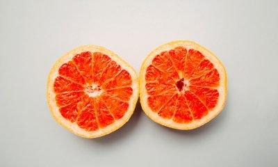 Es sind zwei Grapefruithälften zu sehen