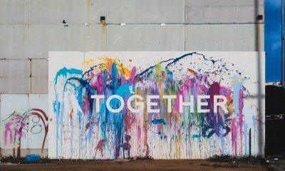 """Es ist eine bunt bemalte Wand mit der Aufschrift """"together"""" zu sehen"""