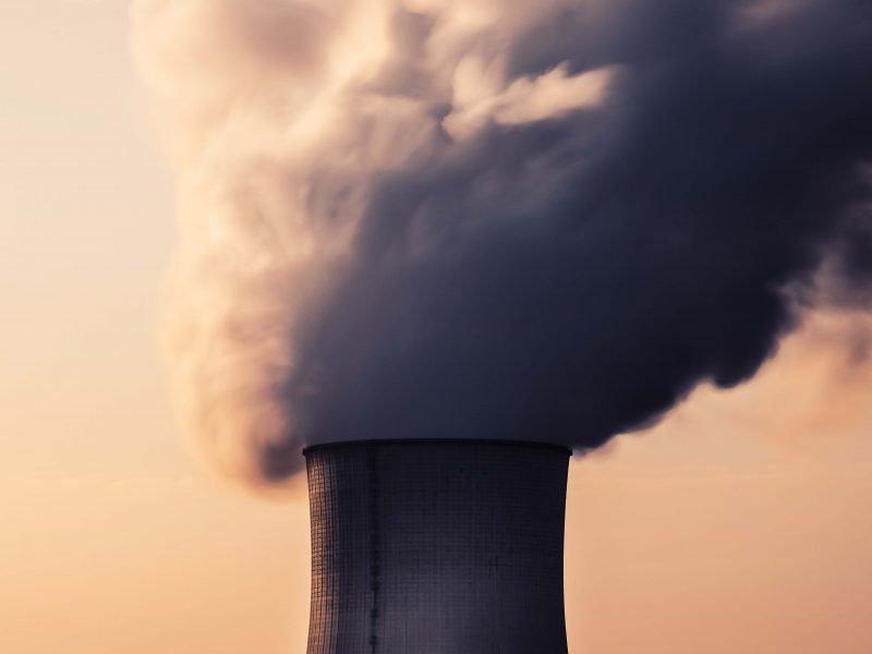 Es ist ein Atomkraftwerk zu sehen