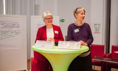 Es sind Susanna Kahlefeld und Stefanie Remlinger auf dem Podium des Fachtages zur Arbeitsmarktintegration von Geflüchteten zu sehen