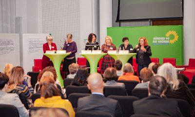 Es sind Susanna Kahlefeld, Stefanie Remlinger, Bettina Jarasch, Nicole Lusdwigg, Marianne Burkert-Eulitz und Fatos Topac auf dem Podium des Fachtages zur Arbeitsmarktintegration von Geflüchteten zu sehen
