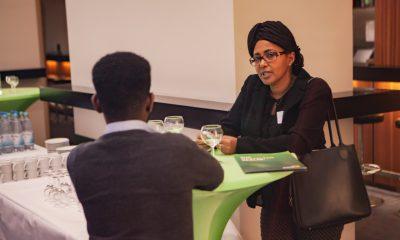 Gäste unterhalten sich während der Mittagspause auf dem Fachtag zur Arbeitsmarktintegration von Geflüchteten