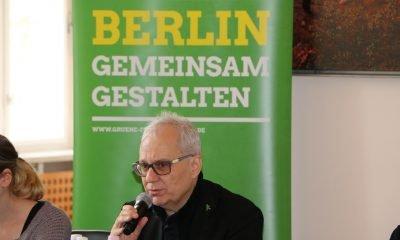 """Es ist Notker Schweikhardt zu sehen, der während des 2. Berlinale-Frühstücks über das Thema """"Paradigmenwechsel in der Medienlandschaft! Folgen und Entwicklungen für die Filmhauptstadt Berlin?"""" spricht."""