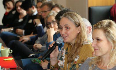 """Es ist ein Gast zu sehen, der während des 2. Berlinale-Frühstücks über das Thema """"Paradigmenwechsel in der Medienlandschaft! Folgen und Entwicklungen für die Filmhauptstadt Berlin?"""" spricht."""