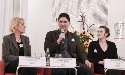 Ein Podiumsteilnehmer spricht auf dem Fachtag zur Arbeitsmarktintegration von Geflüchteten