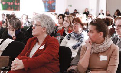 Es ist Stefanie Remlinger im Publikum auf dem Fachtag zur Arbeitsmarktintegration von Geflüchteten zu sehen