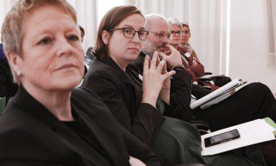 Es sind Sabine Bangert und Silke Gebel im Publikum am Fachtag zur Arbeitsmarktintegration von Geflüchteten zu sehen