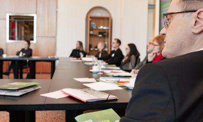 Gäste des Fachtages zur Arbeitsmarktintegration von Geflüchteten tauschen sich in einem Workshop zum Thema aus