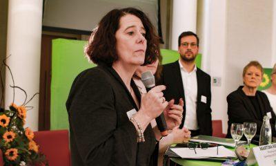 Eine Podiumsteilnehmerin spricht auf dem Fachtag zur Arbeitsmarktintegration von Geflüchteten