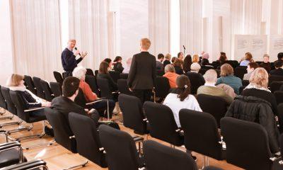 Ein Gast spricht auf dem Podium des Fachtages zur Arbeitsmarktintegration von Geflüchteten