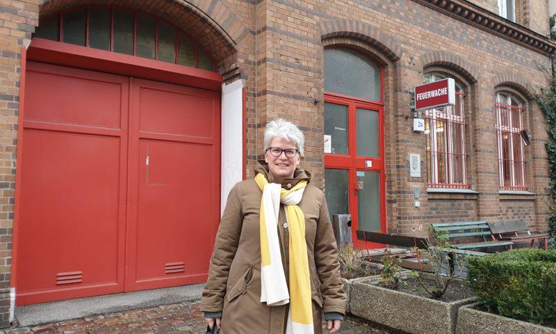 Es ist Stefanie Remlinger vor der Feuerwache in der Oderberger Straße zu sehen.