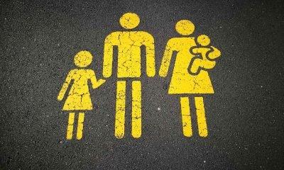 Es ist das gelbe Symbol einer Familie zu sehen, welches auf die Straße geklebt ist
