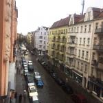 Es sind eine Straße und Mietshäuser zu sehen