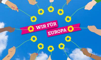 """Auf dem Foto ist sind Blumen im Kreis zum Symbol für Europa angeordnet. Die Blumen werden von unterschiedlichsten Personen in die Luft gehalten. Über dem Kreis aus Blumen steht """"Wir für Europa"""""""