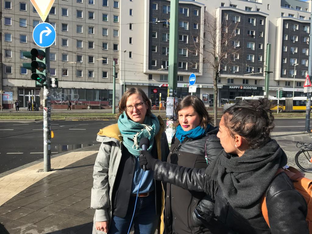 Es sind Silke Gebel und Antje Kapek am Frauentag in Berlin zu sehen, wie sie interviewt werden