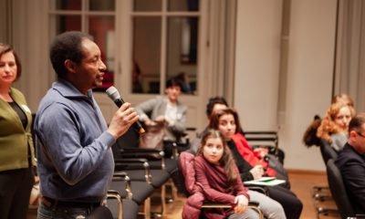 Ein Gast spricht auf dem Fachtage zur Arbeitsmarktintegration von Geflüchteten