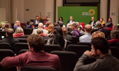 Es ist das Publikum von hinten auf dem Fachtag zur Arbeitsmarktintegration von Geflüchteten zu sehen