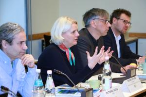 Regine Günther spricht während des Naturschutzpolitischen Frühstücks auf dem Podium