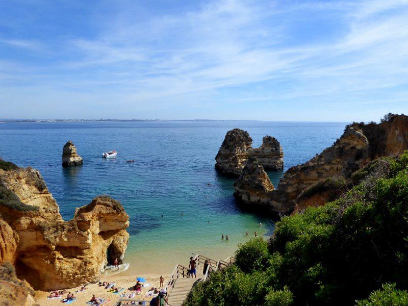 Auf dem Bild ist ein Strand an der Algarve in Portugal zu sehen.