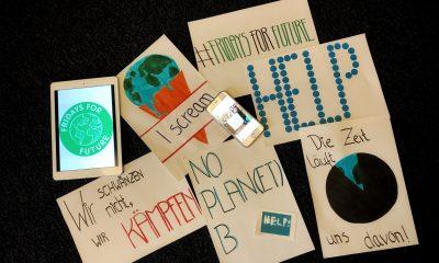 Es sind verschiedene Plakate zu sehen, die Klimapolitische Botschaften abbilden