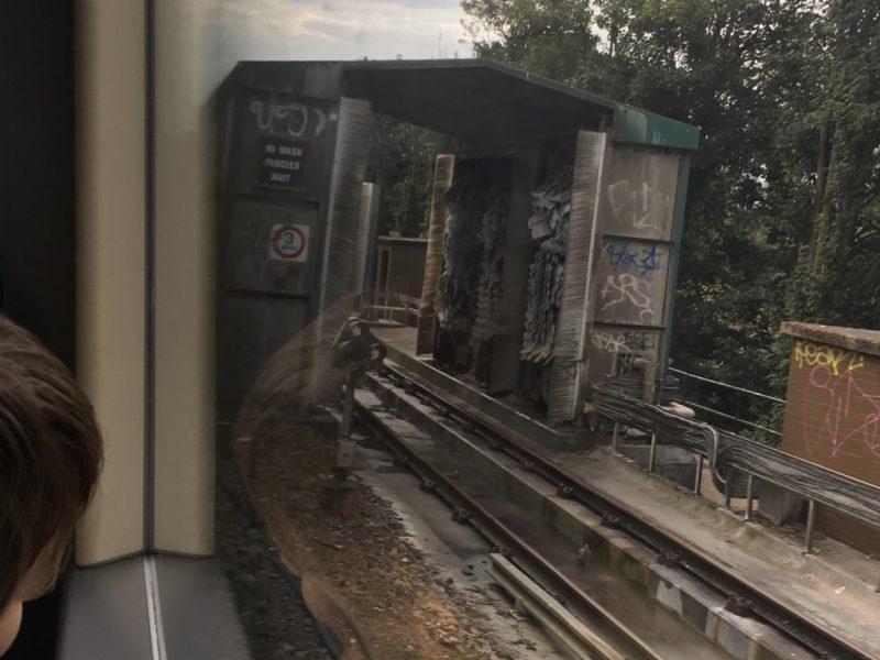 Es ist eine U-Bahn-Waschanlage zu sehen