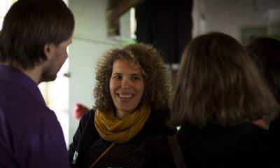 FraktionsmitarbeiterInnen unterhalten sich auf dem Fraktionsfrühjahrsempfang 2019 im Zentrum für Kunst und Urbanistik mit Gästen