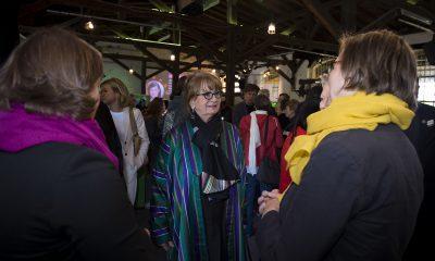 Antje Kapek und Silke Gebel unterhalten sich auf dem Fraktionsfrühjahrsempfang 2019 im Zentrum für Kunst und Urbanistik mit Gästen