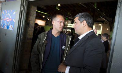 Benedikt Lux und Raed Saleh unterhalten sich auf dem Fraktionsfrühjahrsempfang 2019 im Zentrum für Kunst und Urbanistik