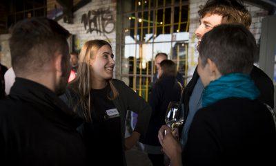 June Tomiak und Stefan Gelbhaar unterhalten sich auf dem Fraktionsfrühjahrsempfang 2019 im Zentrum für Kunst und Urbanistik mit Gästen