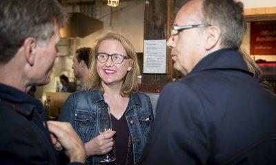 Regine Günther unterhält sich auf dem Fraktionsfrühjahrsempfang 2019 im Zentrum für Kunst und Urbanistik mit Gästen
