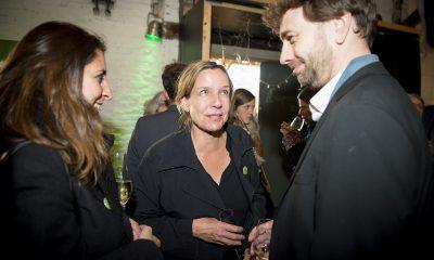 Catherina Pieroth und Stefan Gelbhaar unterhalten sich auf dem Fraktionsfrühjahrsempfang 2019 im Zentrum für Kunst und Urbanistik mit Gästen