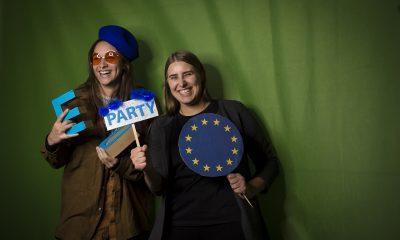 June Tomiak und eine Fraktionsmitarbeiterin stehen in der Europa-Fotobox auf dem Fraktionsfrühjahrsempfang 2019 im Zentrum für Kunst und Urbanistik
