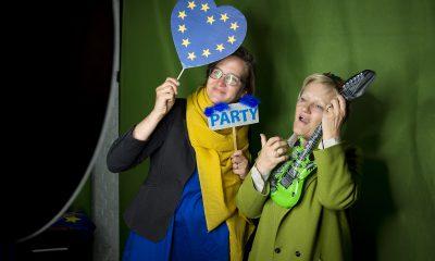 Silke Gebel und Renate Künast stehen in der Europa-Fotobox auf dem Fraktionsfrühjahrsempfang 2019 im Zentrum für Kunst und Urbanistik