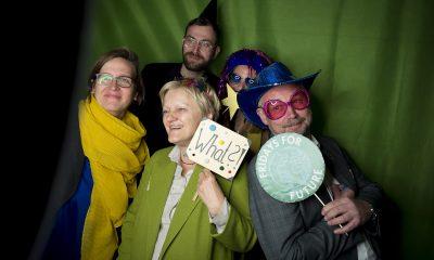 Silke Gebel, Renate Künast, Georg Kössler und Olaf Reimann stehen in der Europa-Fotobox auf dem Fraktionsfrühjahrsempfang 2019 im Zentrum für Kunst und Urbanistik