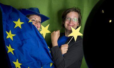 Antje Kapek und Silke Gebel in der Europa-Fotobox auf dem Frühjahrsempfang der Fraktion im Zentrum für Kunst und Urbanistik