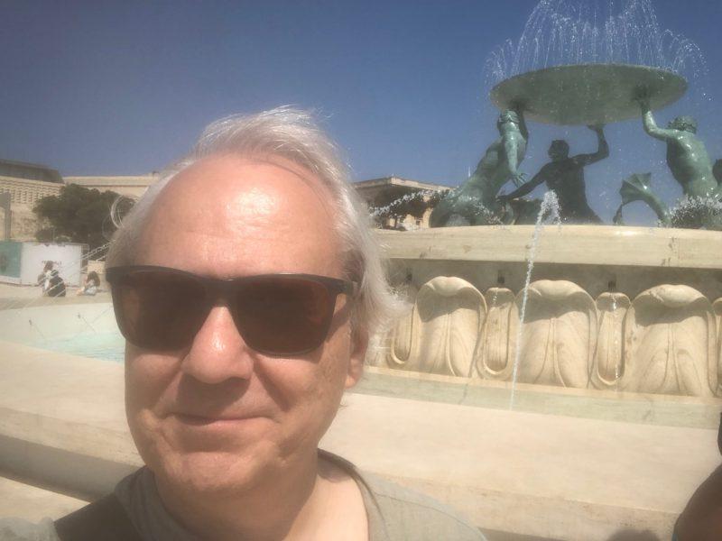 Notker Schweikhardt ist vor einem Brunnen auf der Insel Malta zu sehen
