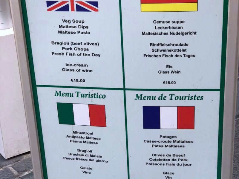 Es ist eine viersprachige maltesische Speisekarte zu sehen
