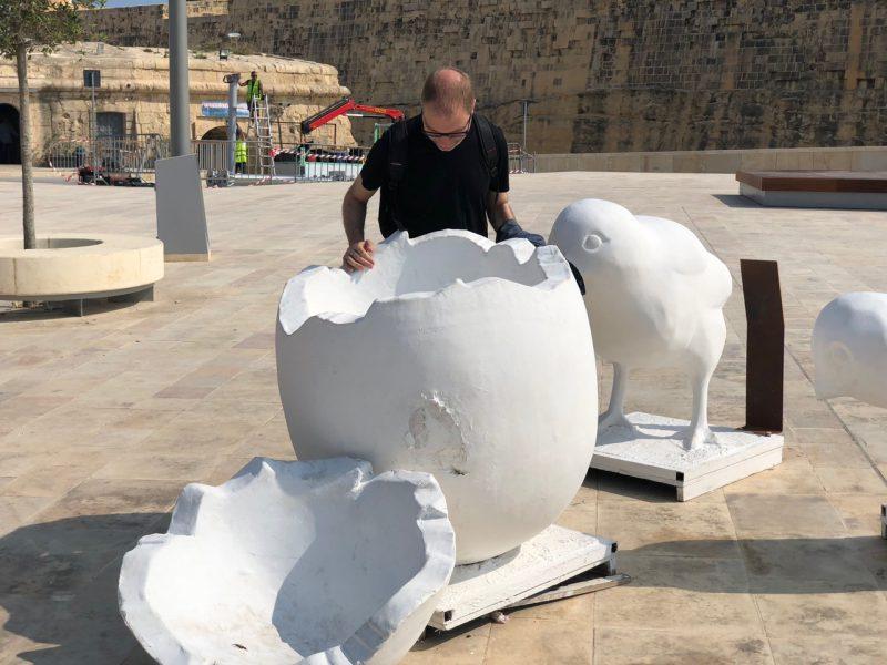 Ein Mann betrachtet Kunst auf der Insel Malta.