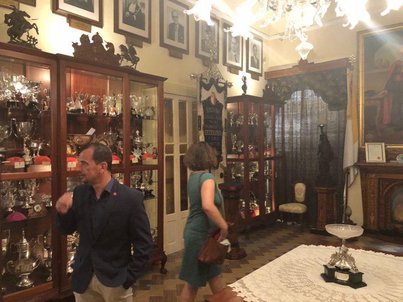 Eine Gruppe besichtigt ein Museum auf der Insel Malta