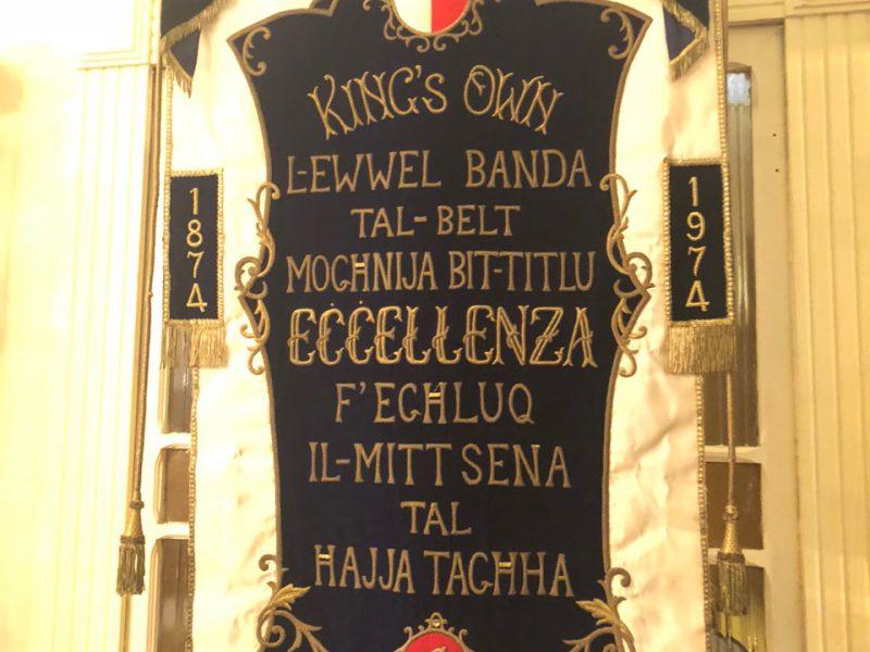 Es ist ein maltesiches Schild mit goldener Aufschrift zu sehen
