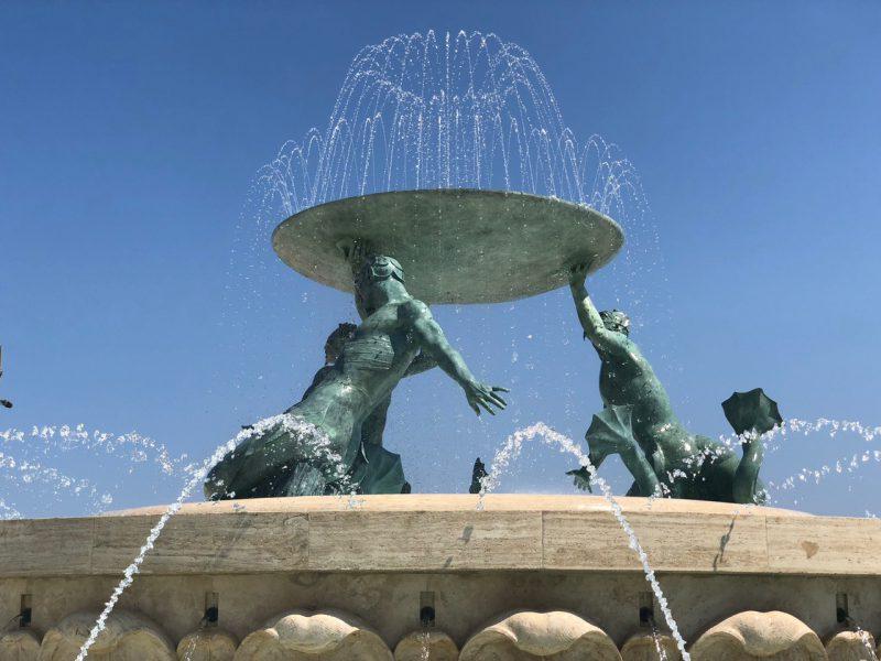 Es ist ein Brunnen auf der Insel Malta zu sehen