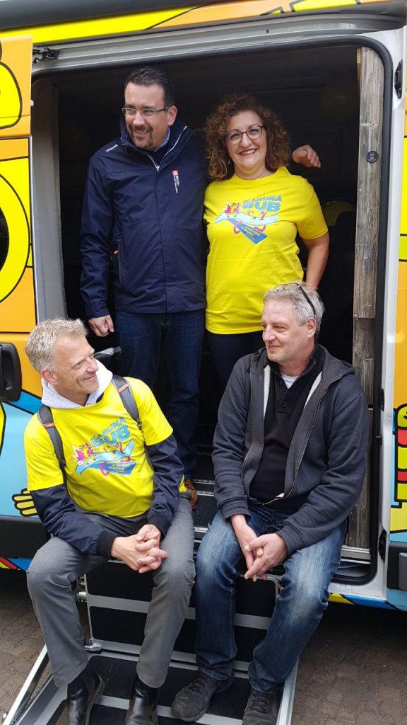 Es ist Fatos Topac in einem Karuna Bus zu sehen