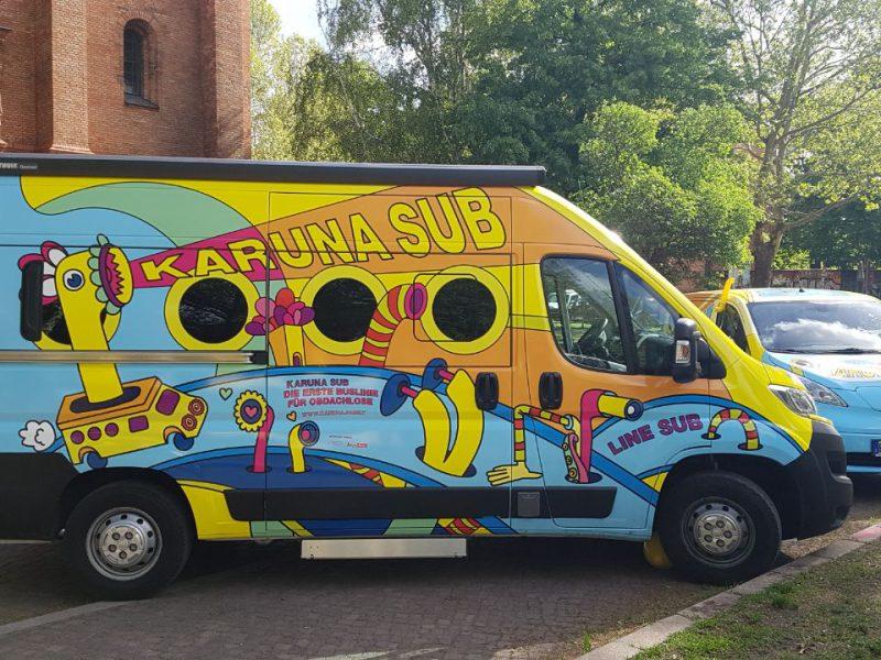 Es ist ein bunt bemalter Bus zu sehen