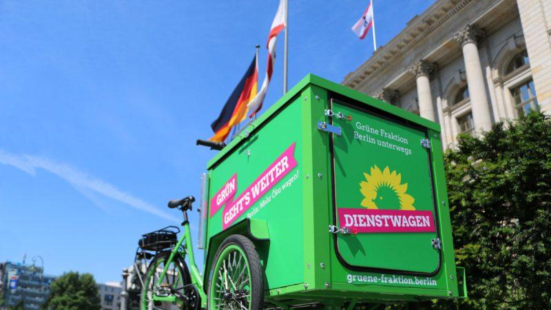 Es ist unser grünes Lasten-Dienstrad vor dem Abgeordnetenhaus zu sehen